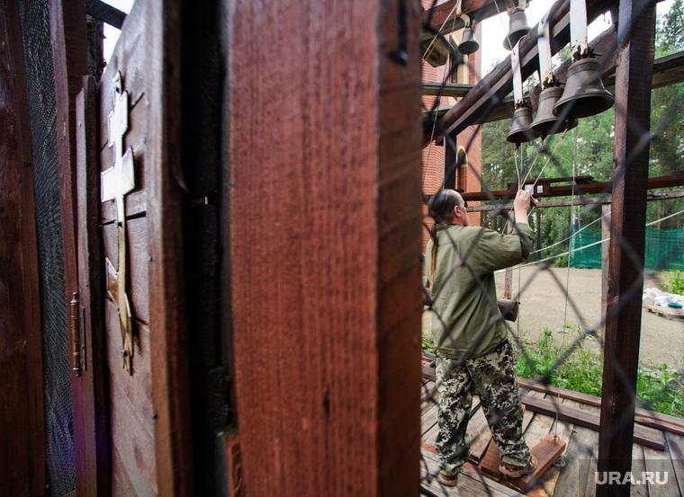 Подготовка к приезду патриарха в Алапаевск, Свердловская область, колокола, звонарь, звонница