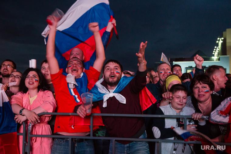 Фан-зона перед СурГУ во время матча Россия-Хорватия Сургут, футбольные болельщики, крик, флаг россии, эмоции