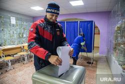 Предварительное голосование за кандидатов Единой России в городскую думу. Тюмень, уборщица, урна для голосования, голосование, избиратель, выборы, бюллютень