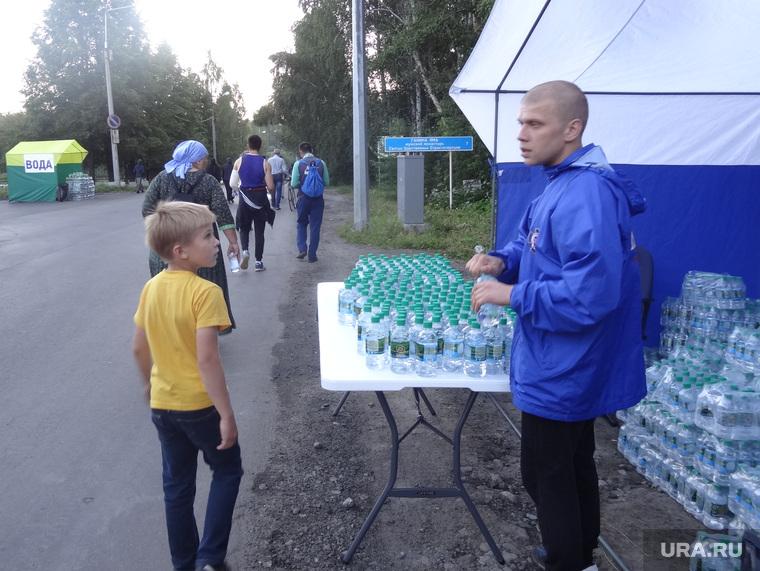 Посетители Поросенков Лог во время крестного хода