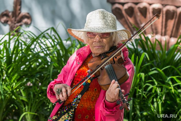 Разное. Курган  , скрипка, пенсионерка, скрипачка, бабушка, пожилая женщина, уличный музыкант