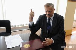 Интервью с министром экологии Челябинской области Сергеем Лихачевым. Челябинск, лихачев сергей, жест рукой, большой палец