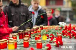 Митинг памяти у Чёрного тюльпана по погибшим в Беслане в сентябре 2004 года. Екатеринбург, возложение цветов, свеча памяти, траурная церемония