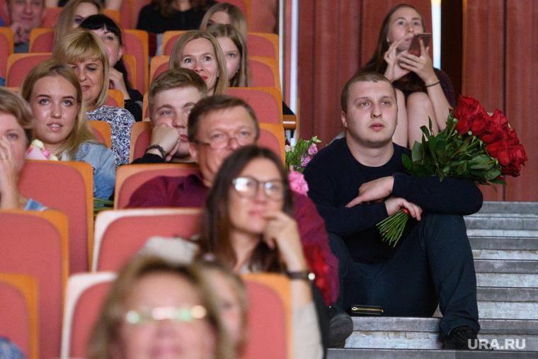 Мисс Екатеринбург - 2018 , розы, театр, букет, цветы, мужчина с цветами, зрители, поклонник