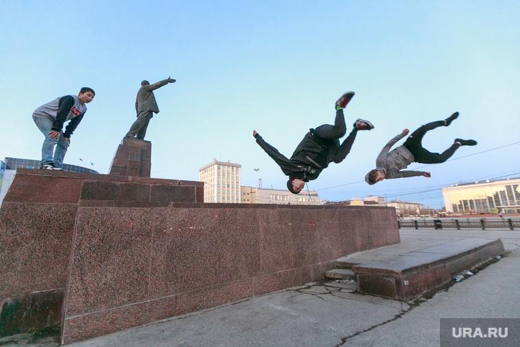 Репортаж про якутских ученых. Якутск, памятник ленину, площадь ленина, сальто, экстремальные виды спорта, паркур, молодежь, кувырок, прыжок