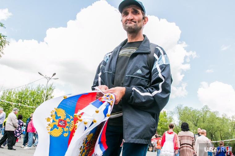 Празднование Дня России. Курган, флаги россии, гастарбайтер, уличная торговля, продавец флажков