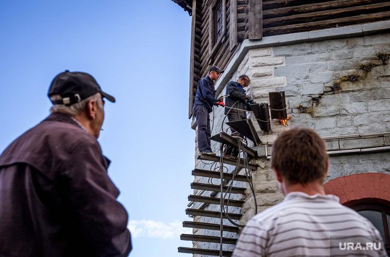 На Плотинке спиливают лестницу с Водонапорной башни. Екатеринбург