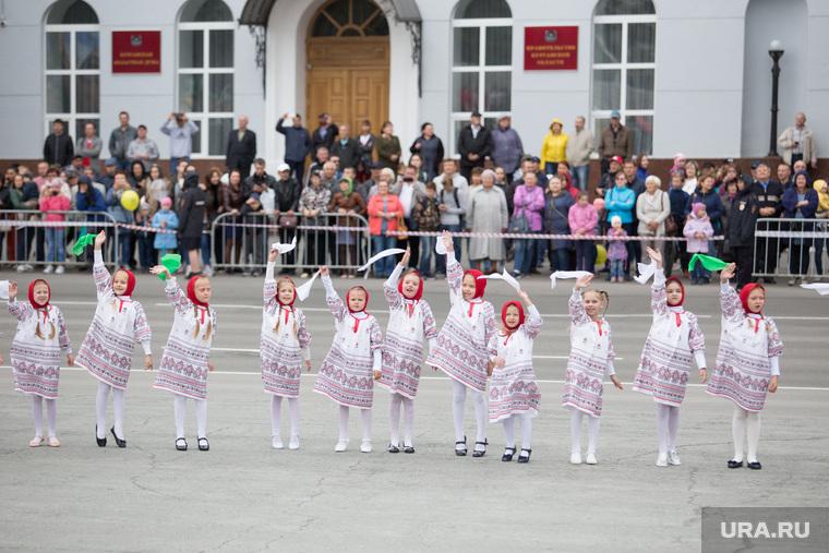 День города. Курган , национальные костюмы, дети, танцы
