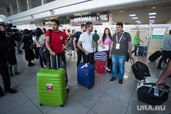 Прилет первой организованной группы болельщиков из Каира в Екатеринбург, аэропорт, чемоданы, туристы, зона таможенного контроля