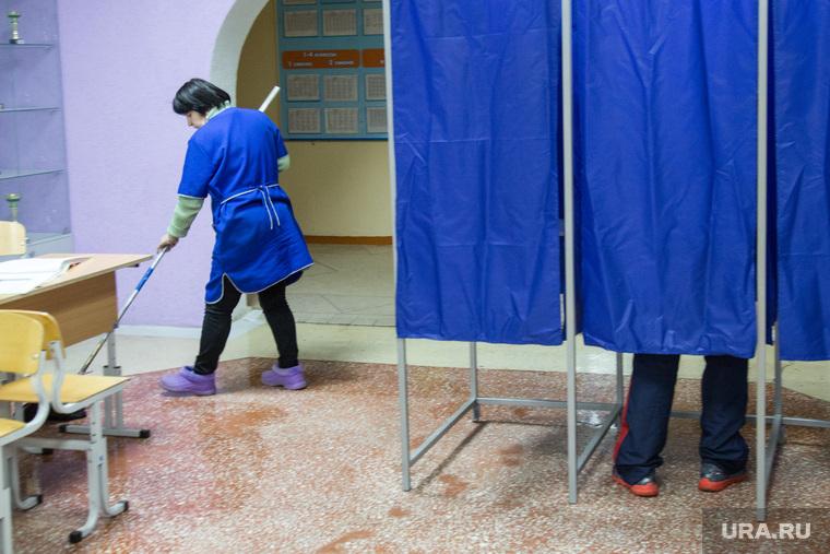 Предварительное голосование за кандидатов Единой России в городскую думу. Тюмень , уборщица, кабинка для голосования, голосование, избиратель