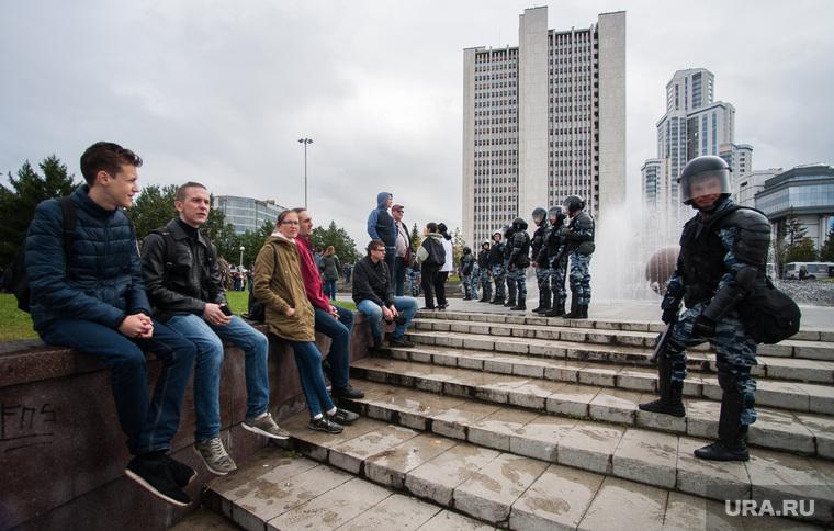 Несанкционированная акция против изменения пенсионной системы в Екатеринбурге, омон, молодежь, полиция, октябрьская площадь