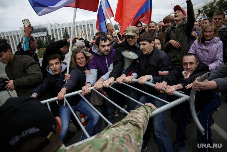 Несанкционированная акция против изменения пенсионного законодательства в Перми, ограждение, сопротивление, ограждение, полиция, протест, несанкционированный митинг, росгвардия