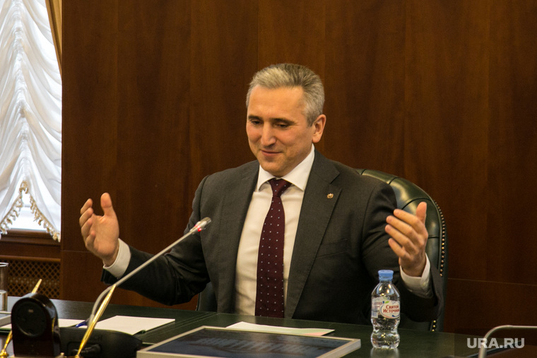 Пресс-конференция ВРИО губернатора тюменской области Александра Моора. Тюмень, моор александр, разводит руками