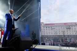 Почетные граждане города на праздничном концерте. Челябинск, сцена, дубровский борис, челябинск надпись