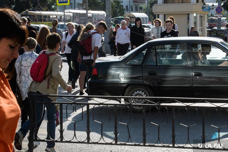 Виды Екатеринбурга, пешеходный переход, пробка, автомобиль, дорожное движение, автомобильный затор, переход дороги