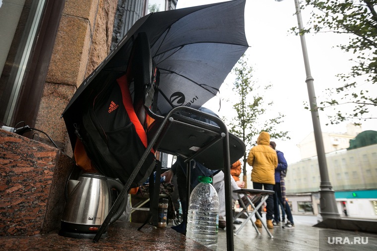 Очередь за новыми IPhone X у re-Store на Тверской улице д. 27. Москва, чайник, зонт, дождь