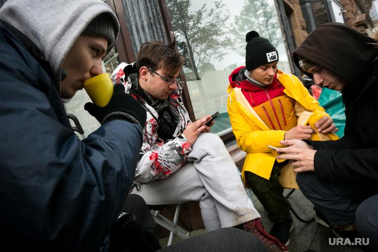 Очередь за новыми IPhone X у re-Store на Тверской улице д. 27. Москва, ожидание, горячий чай