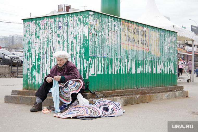 Уличная торговля. Пермь, пенсионер, одиночество, коврик, бабушка, низкая пенсия, нестационарная торговля