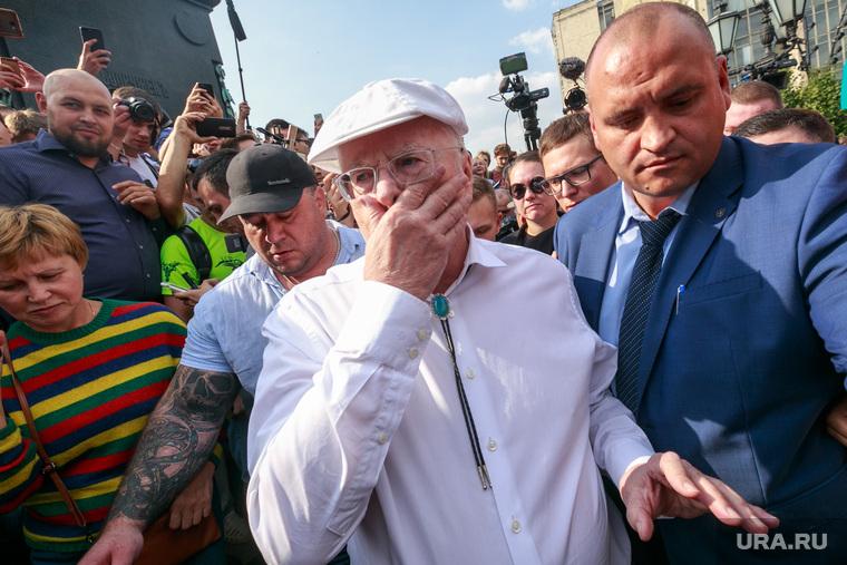 Митинг против пенсионной реформы сторонников Алексея Навального в Москве. Москва, жириновский владимир, держится за нос, толпа