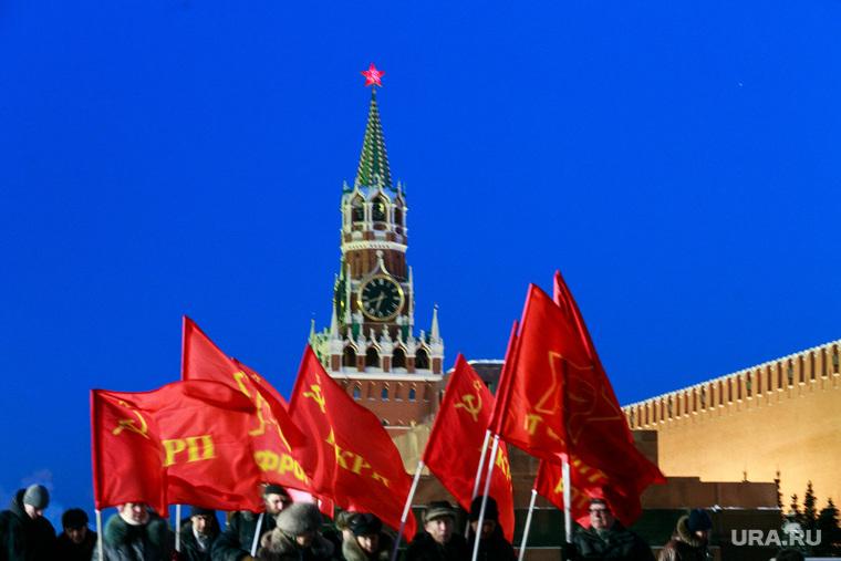 Снег и коммунисты в Москве. Москва, спасская башня, мавзолей ленина, красные флаги, митинг, город москва, кремлевская стена, красная площадь, кремль, коммунисты