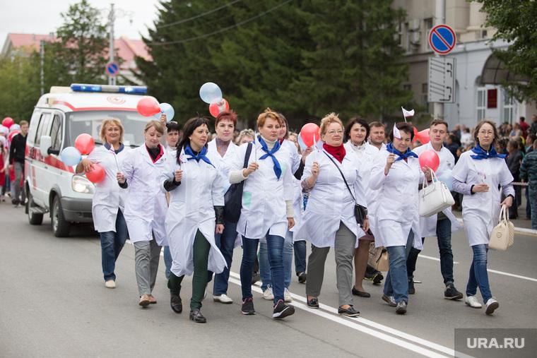 День города. Курган , парад, белые халаты, врачи, шествие