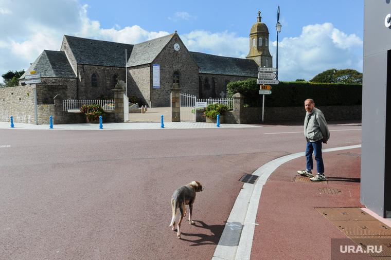 Прогулка по Нормандии. Франция, собака, старинная церковь