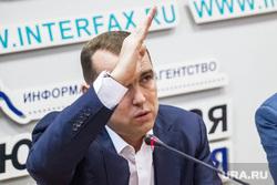 Шумков Вадим, директор департамента инвестиционной политики правительства ТО. Тюмень, шумков вадим, пионер, жест рукой