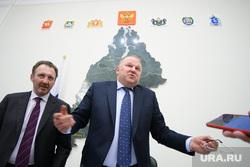 Совещание с представителями партий УрФО в полпредстве. Екатеринбург, разводит руками, борисов кирилл, цуканов николай