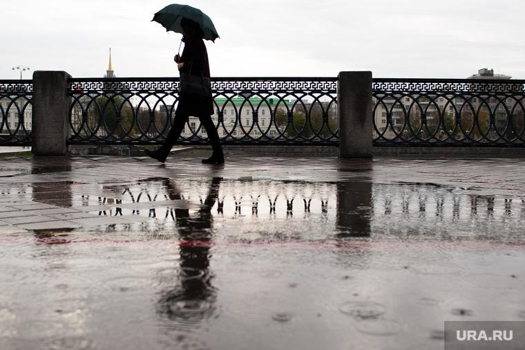Виды Екатеринбурга, набережная исети, лужа, зонт, дождливая погода, пасмурная погода, дождь, девушка с зонтом