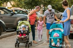 Жители города. Курган, семья, мамы с колясками, коляски с детьми
