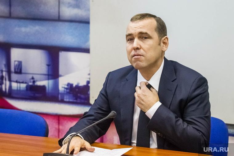 Шумков Вадим, директор департамента инвестиционной политики правительства ТО. Тюмень, шумков вадим, поправляет галстук