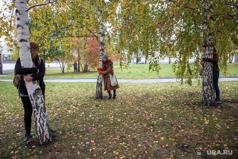 Флешмоб в сквере у Драмтеатра. Движение в защиту парков и скверов. Екатеринбург , деревья, березы, объятия