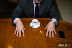 Интервью с вице-губернатором ХМАО Николаем Милькис. Сургут, чашка кофе, руки чиновника