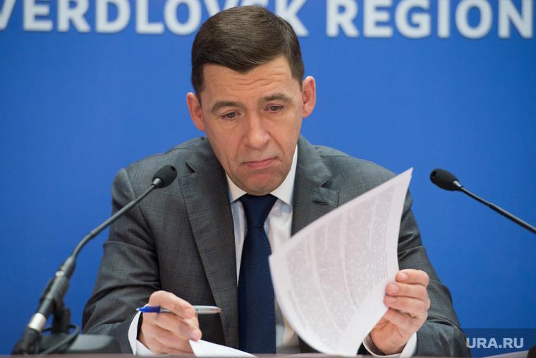 Пресс-конференция губернатора Свердловской области Евгения Куйвашева. Екатеринбург, куйвашев евгений, читает