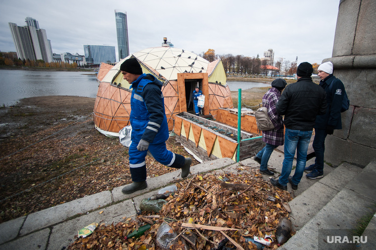 Снос незаконно установленной полусферы на городском пруду Екатеринбурга, набережная городского пруда, екатеринбург сити, полусфера