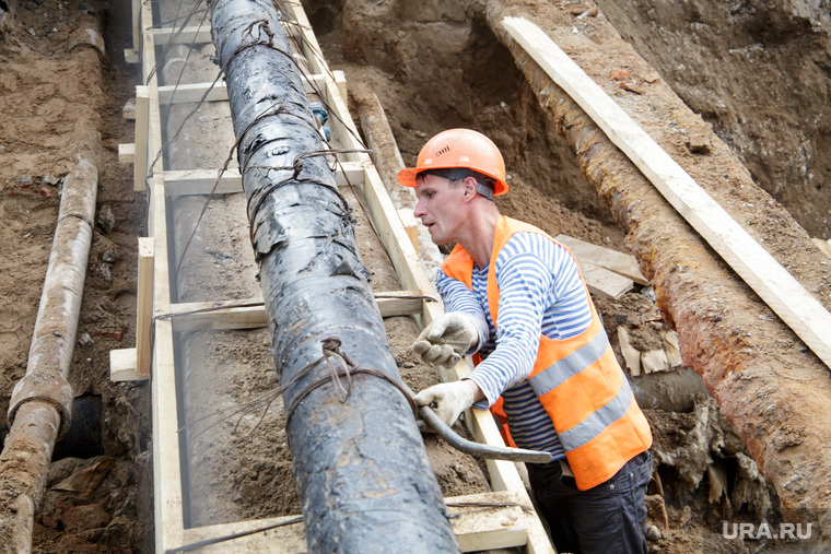 Виды Перми, трубы, ремонт труб, отключение воды, водоснабжение, рабочий в каске