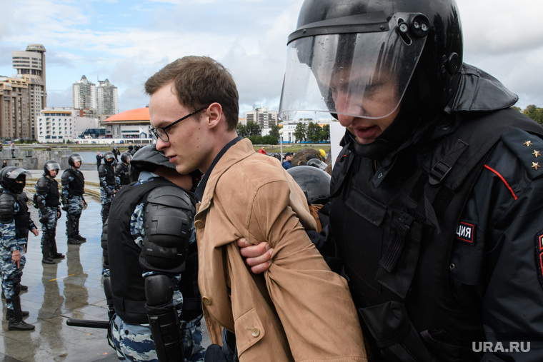 Задержания участников митинга против пенсионной реформы в Екатеринбурге, акция протеста, молодой человек, полиция, задержание, очкарик
