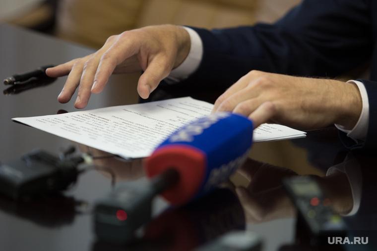 Совещание у Губернатора. Курган, руки, микрофон, диктофоны