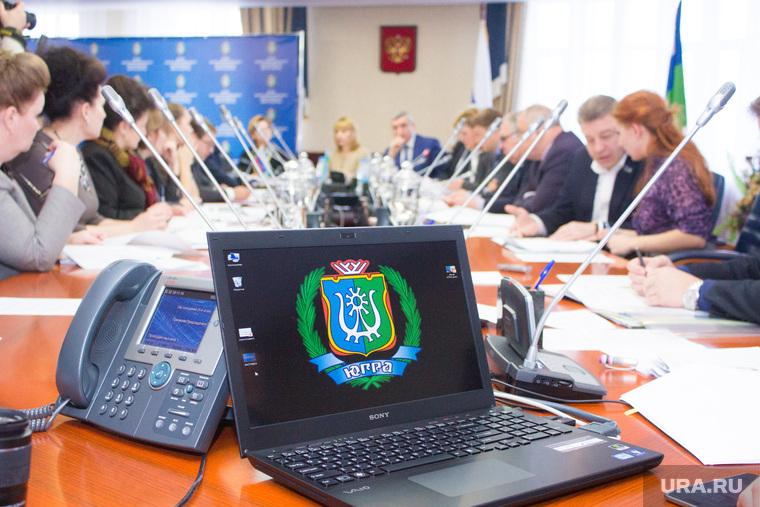 Заседание Комитета по бюджету. Ханты-Мансийск., ноутбук, герб югры