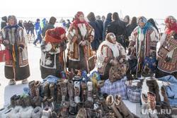 День оленевода.Салехард. 24 марта 2018 г, аборигены, национальная одежда, ненцы, ханты, кмнс, север, уличная торговля, национальная обувь