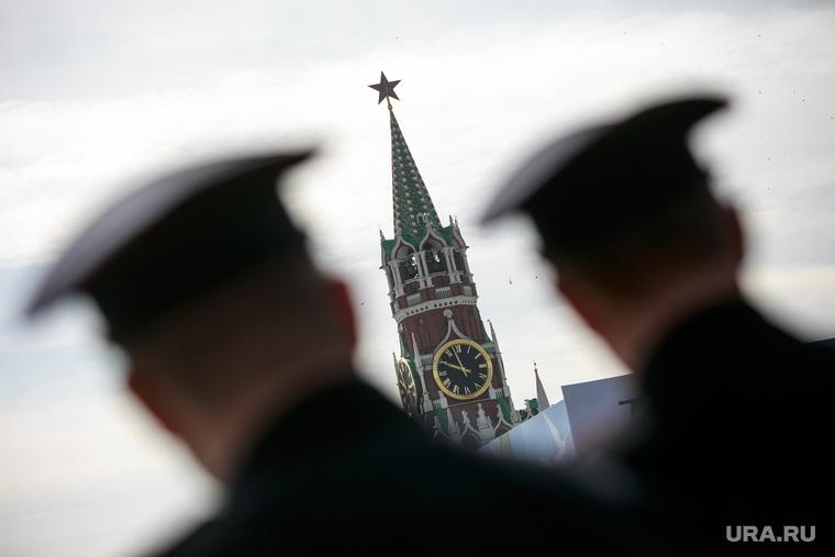 Первомайская демонстрация профсоюзов на Красной площади. Москва, куранты, спасская башня, офицеры, силуэт, фуражки, полиция, башни кремля, оцепление
