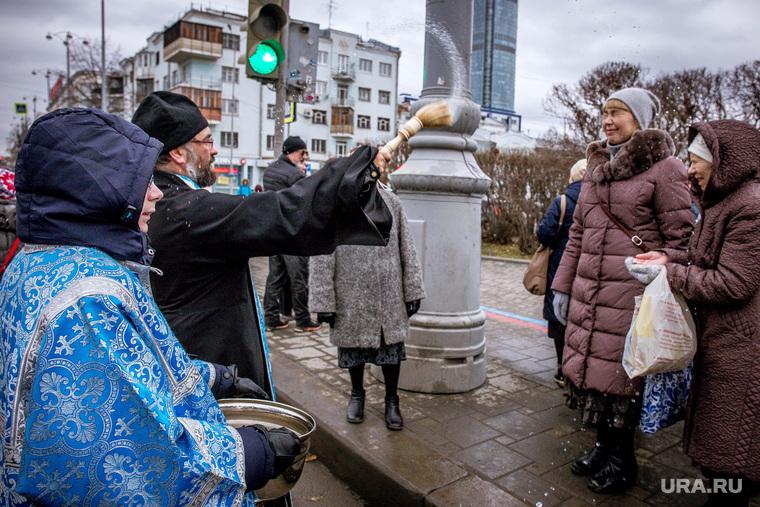 Крестный ход в День народного единства. Екатеринбург, окропление святой водой