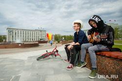 Город летом. Сургут, подростки, уличные музыканты, администрация сургутского района, город сургут, игра на гитаре