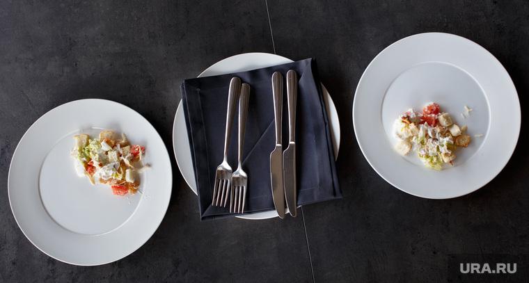 Дегустация салата Цезарь из разных кафе и ресторанов. Екатеринбург, столовые приборы, еда, тарелки, салат цезарь, ножи вилки