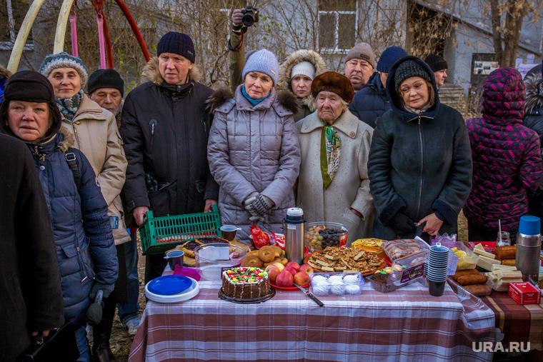 Пикник жильцов дома Карла Либкнехта, 40. Екатеринбург, накрытый стол