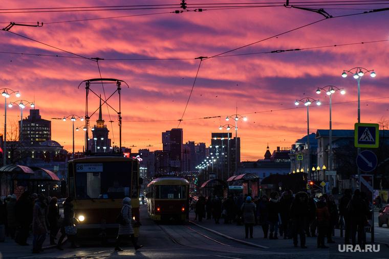 Виды Екатеринбурга, трамвайная остановка, общественный транспорт, город екатеринбург, проспект ленина, закат, огни города, трамвай