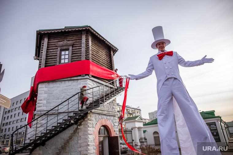 Открытие второго музейного этажа водонапорной башни на Плотинке. Екатеринбург, карнавальный костюм, ходули, водонапорная башня