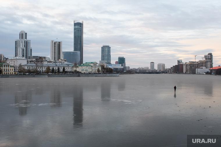 Виды Екатеринбурга, лед, человек на льду, город екатеринбург, зима