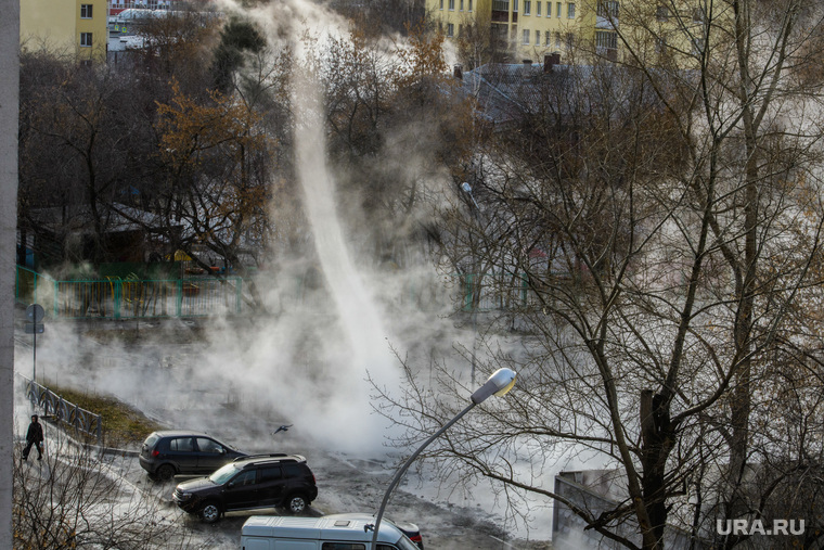 Прорыв горячей воды на улице Крылова. Екатеринбург