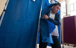 Голосование на выборах в Екатеринбургскую городскую Думу. Екатеринбург , куйвашев евгений, кабинка для голосования, выборы, голосование